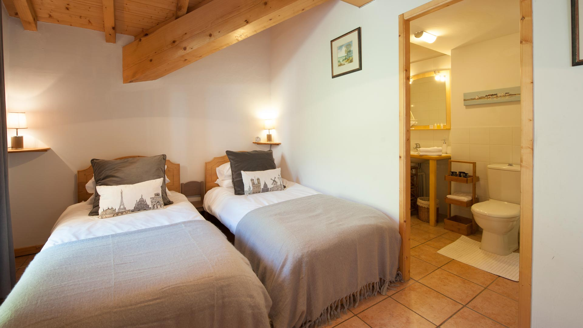Twin Bedroom in Le Petit Paradis Apartment in Ste Foy