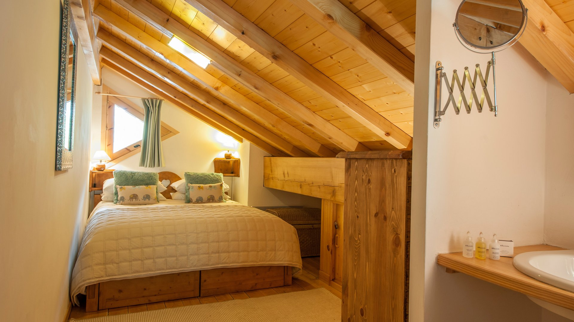 Double Bedroom in Le Petit Paradis Apartment in Ste Foy