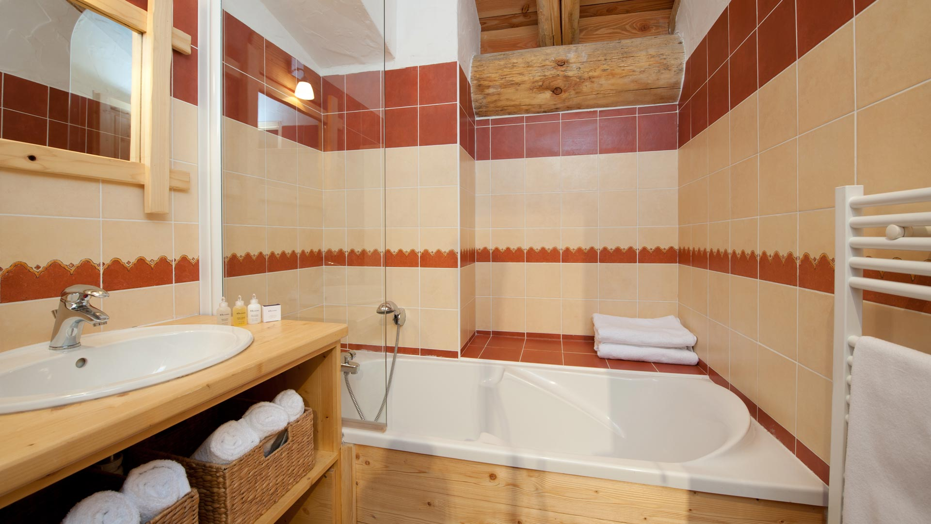 Shared family bathroom in Hirondelles Apt. in Sainte Foy