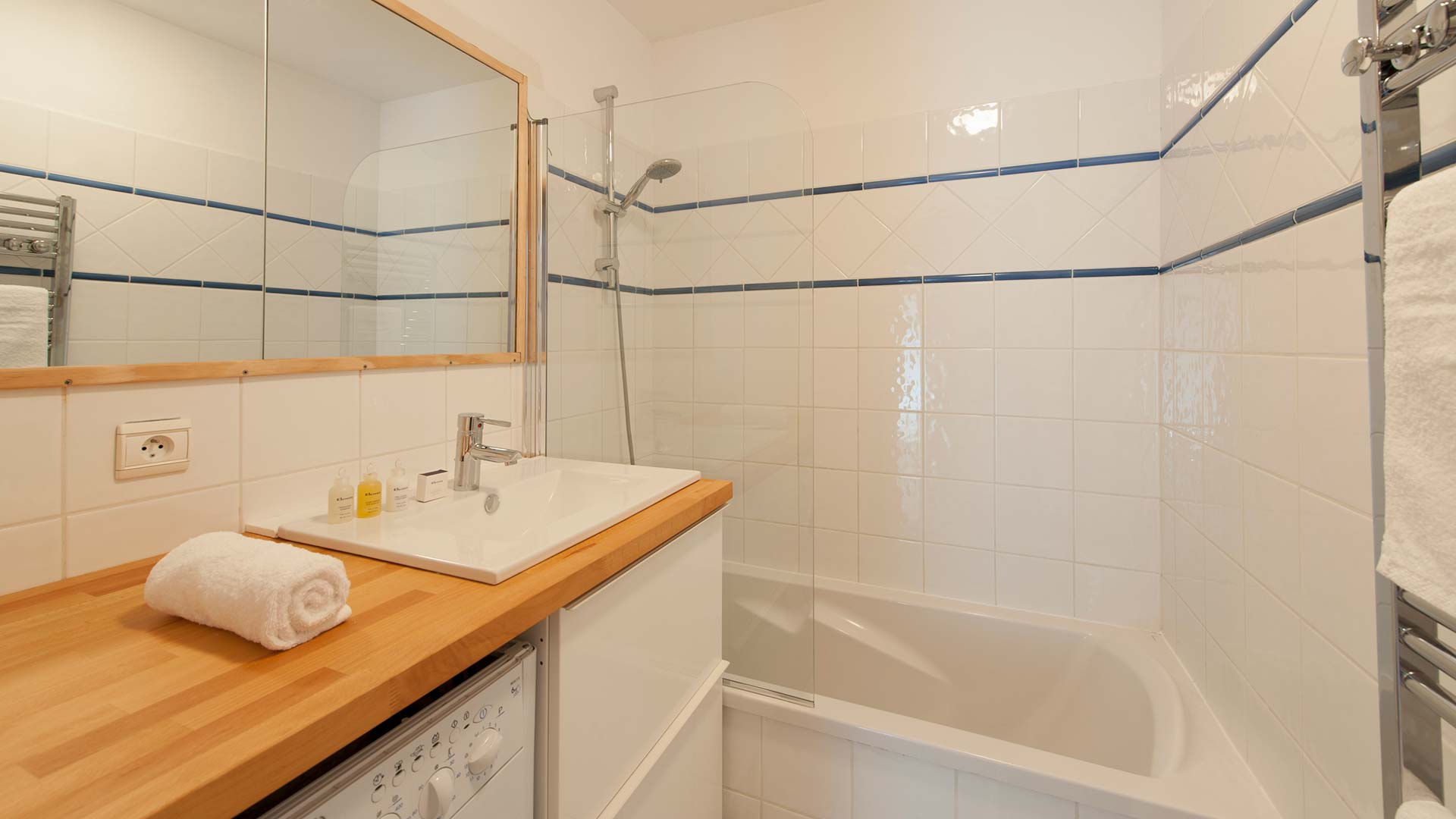 Premiere Neige Apartment Agneau bathroom, sleeps 4, self catering.