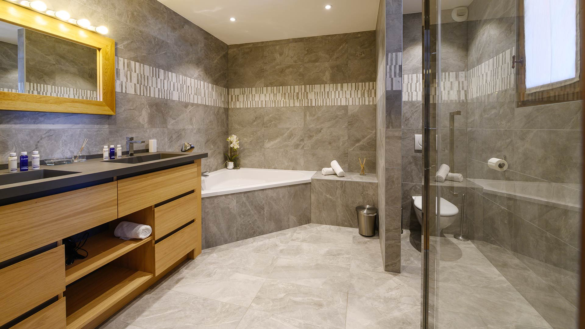 The Peak Chalet Bathroom in Sainte Foy
